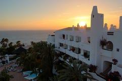 Puesta del sol y playa en el hotel de lujo Imagen de archivo libre de regalías