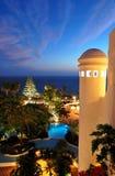 Puesta del sol y playa en el hotel de lujo Fotografía de archivo libre de regalías