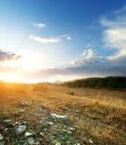 Puesta del sol y prado verde grande Imagen de archivo libre de regalías