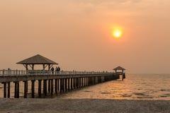 Puesta del sol y puente Imagen de archivo libre de regalías
