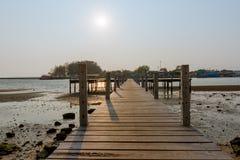 puesta del sol y puente de madera foto de archivo