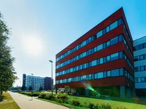 Puesta del sol y rascacielos corporativo moderno del edificio de la oficina de negocios imagenes de archivo