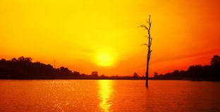 Puesta del sol y reflexión en el lago imagen de archivo libre de regalías