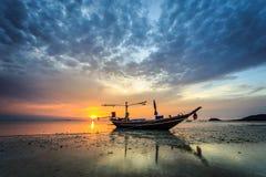 Puesta del sol y reflexión hermosas del mar en la isla de Samui fotografía de archivo