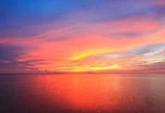 Puesta del sol y reflexión hermosas del mar en la isla de Samui imagen de archivo libre de regalías