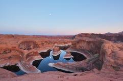 Puesta del sol y salida de la luna, lago Powell, Utah del barranco de la reflexión Foto de archivo