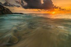Puesta del sol y salida del sol hermosas de la isla del mentawai Foto de archivo libre de regalías