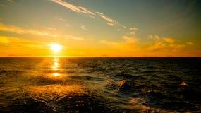 Puesta del sol y salida del sol sobre el mar y el archipiélago de Lofoten del transbordador de Moskenes - de Bodo, Noruega fotografía de archivo