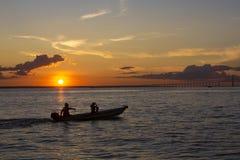 Puesta del sol y siluetas en el barco que cruza el río Amazonas, el Brasil Fotos de archivo libres de regalías