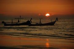 Puesta del sol y tailboats Fotos de archivo