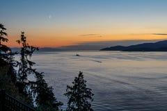 Puesta del sol y tarde de la ciudad hermosa en el Océano Pacífico en Vancouver, Canadá Imagenes de archivo