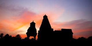Puesta del sol y templo rihadeeswarar fotografía de archivo libre de regalías