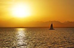Puesta del sol y yate en el Mar Rojo Foto de archivo