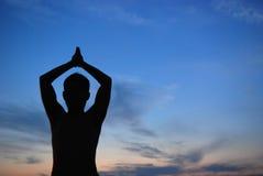 Puesta del sol y yoga Fotos de archivo libres de regalías