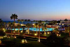 Puesta del sol y zona de recreo del hotel de lujo Foto de archivo libre de regalías