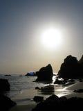 Puestas del sol sobre el EL Matador Beach en Malibu, California Fotografía de archivo