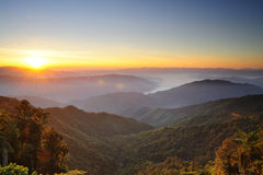 Puestas del sol sobre las montañas imagen de archivo