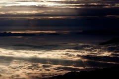 Puestas del sol y salidas del sol, mar de nubes Imágenes de archivo libres de regalías