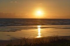 Puestas del sol y salidas del sol dramáticas sobre las playas y el océano costeros de la Florida tropical fotografía de archivo