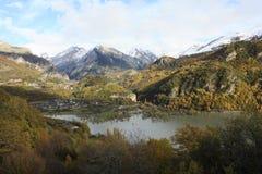 Pueyo de Jaca, berg i den Tena dalen, Pyrenees Royaltyfri Fotografi