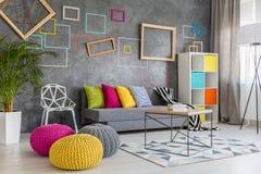 Pufes coloridos na sala de estar Imagem de Stock Royalty Free