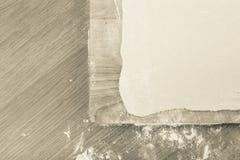 Puffdeg, träskärbräda på en ljus tabell med mjöl Till Arkivfoto