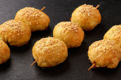 Puffpasttries med köttsamosa - traditionell pasrty uzbek och indier arkivbilder