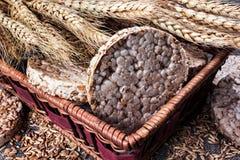 Puffweizenkuchen in den Brotkörben stockfotos