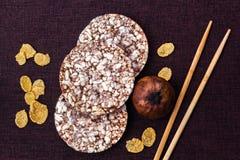 Puffweizenkuchen und -corn-Flakes stockfotos