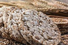 Puffweizenkuchen und Körner des Weizens lizenzfreie stockfotografie