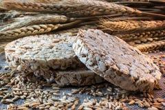 Puffweizenkuchen und Körner des Weizens lizenzfreies stockbild