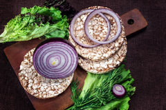 Puffweizenkuchen, -zwiebeln und -kopfsalat stockbilder