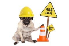 Pug de hond met de de gele helm en kegel van de aannemersveiligheid en fout 404 en de impasse ondertekenen op houten pool Stock Afbeeldingen