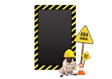 Pug hond met de gele helm van de aannemersveiligheid en fout 404 en leeg waarschuwingsbord royalty-vrije stock foto