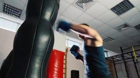 Pugilato atletico dell'uomo Forti colpi il punching ball archivi video