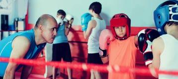 Pugilato d'allenamento del pugile sull'anello Fotografie Stock