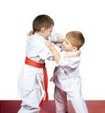 Pugilato d'allenamento di judo del treno di due giovane atleti Fotografia Stock
