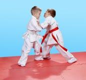 Pugilato d'allenamento di judo nel perfoming i giovani atleti Fotografia Stock Libera da Diritti