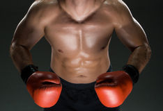 Pugilato d'uso del giovane pugile caucasico muscolare Fotografie Stock