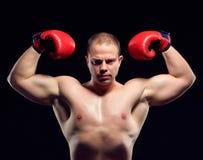 Pugilato d'uso del giovane pugile caucasico muscolare Fotografia Stock