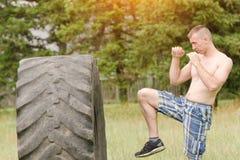 Pugilato del giovane con la gomma workout fotografia stock libera da diritti