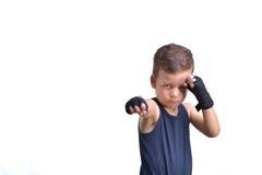 Pugilato del ragazzino, manifestazioni i suoi pugni, isolati su bianco Immagine Stock