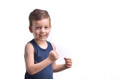 Pugilato del ragazzino, manifestazioni i suoi pugni, isolati su bianco Fotografia Stock