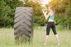 Pugilato della giovane donna con la gomma workout fotografia stock libera da diritti