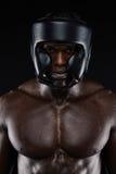 Pugile africano che indossa guardia capa protettiva Fotografia Stock