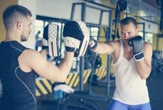 Pugile che colpisce il guanto del suo partner di pugilato d'allenamento Immagine Stock Libera da Diritti