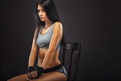Pugile della donna che si siede sulla sedia Fotografia Stock