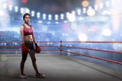 Pugile femminile asiatico sexy con i guantoni da pugile che stanno a boxin Immagine Stock