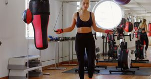 Pugile femminile che si esercita con il salto della corda 4k stock footage