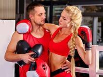 Pugile femminile con la vostra vettura maschio dopo l'allenamento Immagini Stock